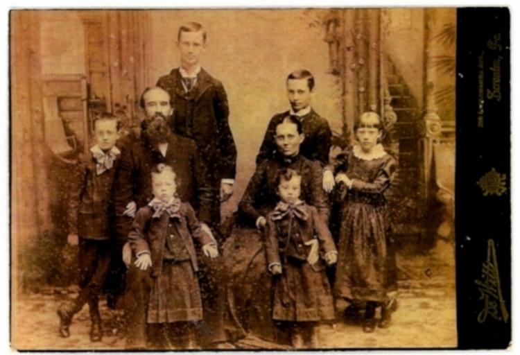 Rev Rees Jones, his wife Elvira and their children: Thomas Myrddin. David Edgar, Rhys Emylyn, Elizabeth Ogwen, Iwan Elvert and Daniel Windor